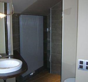 Espace douche et wc de la salle de bain parentale