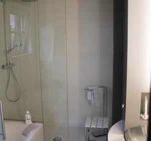 vue de la douche en grandes dalles claires et paroi vitrée