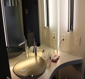 espace lavabo en CORIAN blanc , vasque en verre gris , éclairage LED
